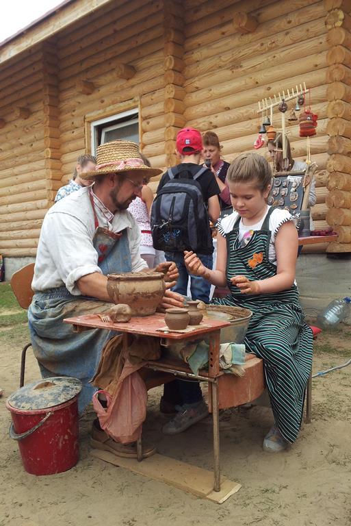 В мастер-классе по гончарному ремеслу мог попробовать принять участие любой желающий. Фото:Татьяна НЕКРАШЕВИЧ