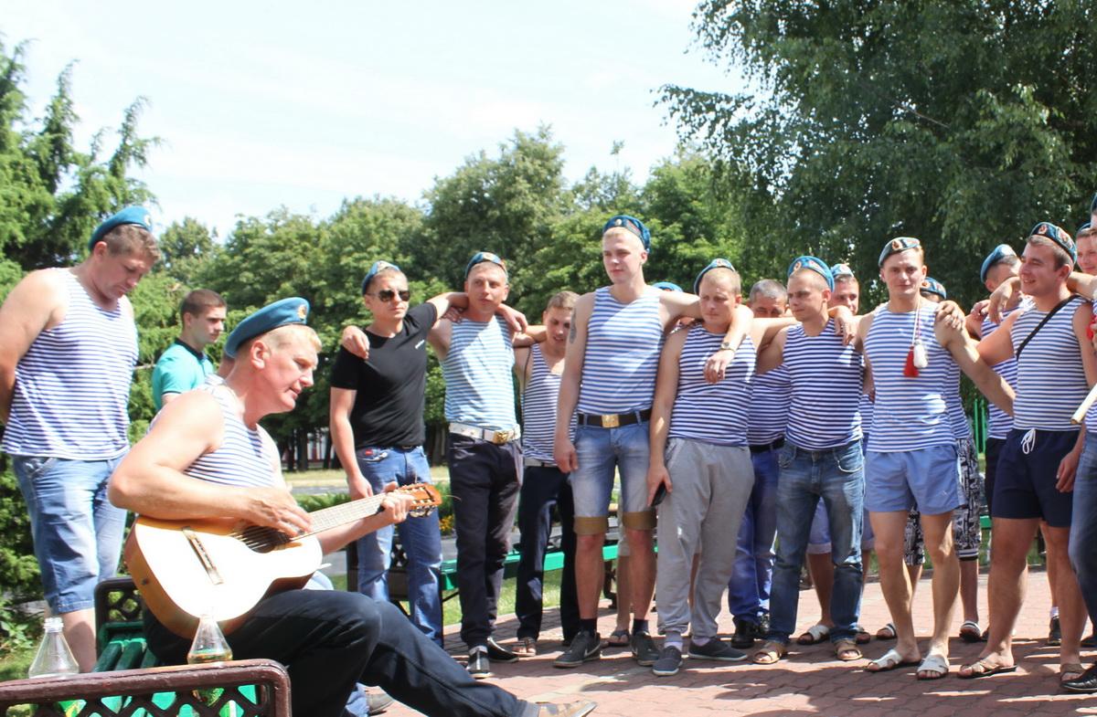Десантники исполнили песню на гитаре Синева.