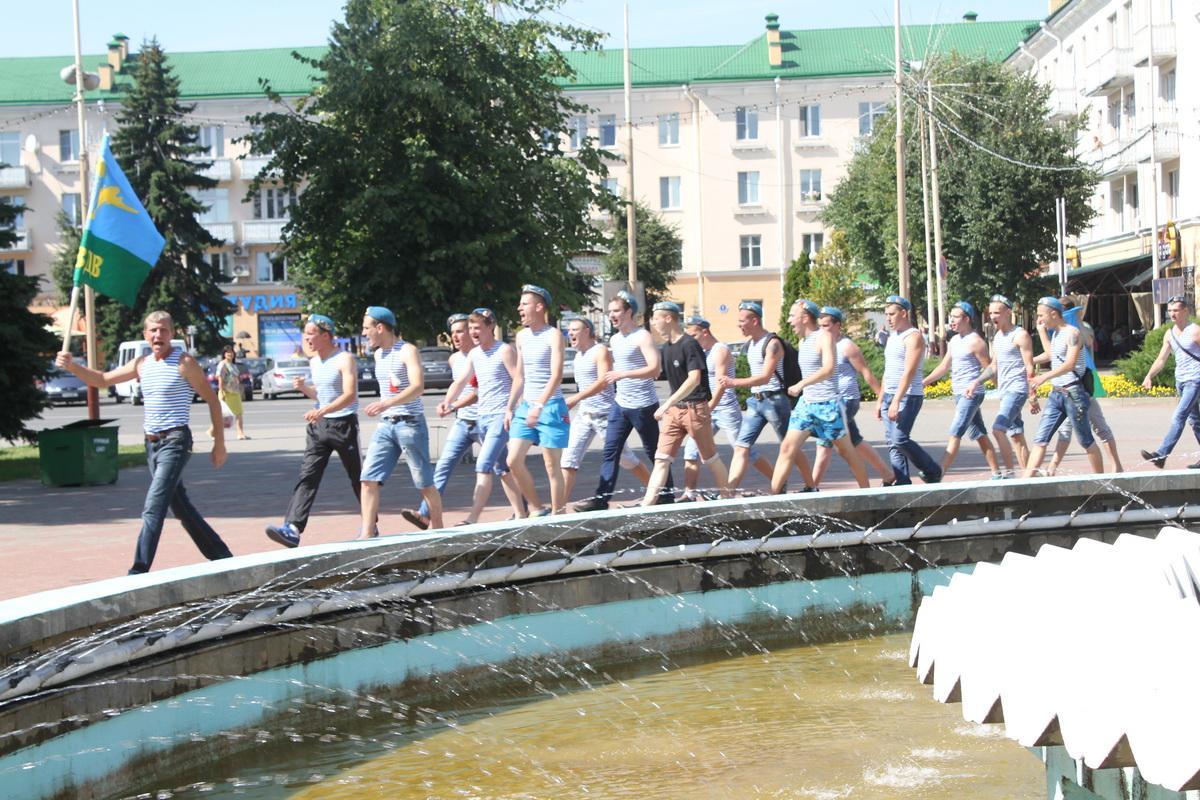 Строевым шагам десантники прошли вокруг фонтана.