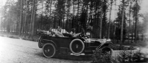 Николай II проезжает в автомобиле с дворцовым комендантом, генерал-майором свиты В.Н.Воейковым, флигель-адъютантом, капитаном 2-го ранга Н.П.Саблиным (за императором). Автомобиль марки Delaunay-Belleville. Апрель-июнь 1915