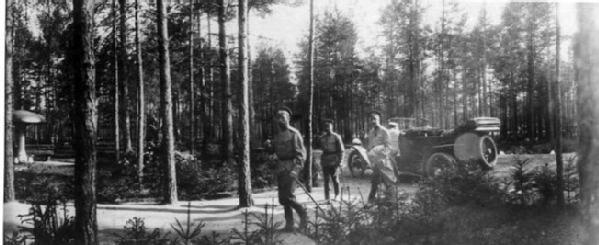 Император Николай II проходит по территории парка Ставки Верховного главнокомандующего в Барановичах после автомобильной прогулки с дворцовым комендантом, генерал-майором свиты В.Н.Воейковым, Апрель-май 1915