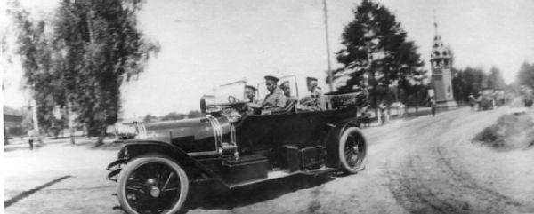 Император Николай II проезжает в автомобиле с Верховным главнокомандующим, вел.князем Николаем Николаевичем. Автомобиль марки Delaunay-Belleville, за рулем - А.Кегресс. Май-июнь 1915