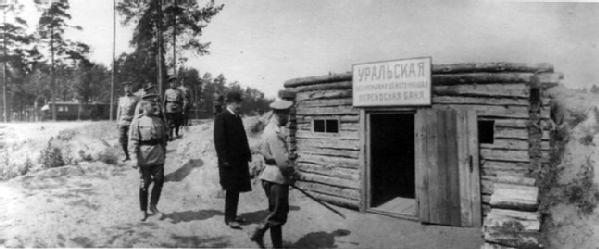 Император Николай II в сопровождении свиты направляется на осмотр Уральских переносных бань. Среди присутствующих: генерал-майор свиты В.Н.Воейков (3-й справа), полковник А.А.Дрентельн (5-й справа), капитан 2-го ранга Н.П.Саблин (справа) и др. 20.06.1915