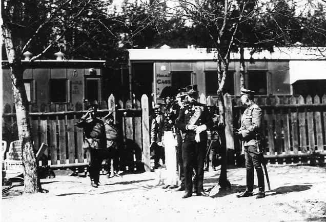 Представители бельгийской военной миссии во главе с генералом Де-Виттом во время прибытия в Ставку. Де-Витт (2-й справа), бельгийский генерал Риккель (3-й справа), офицеры штаба и др. на территории Ставки. 7.04.1915