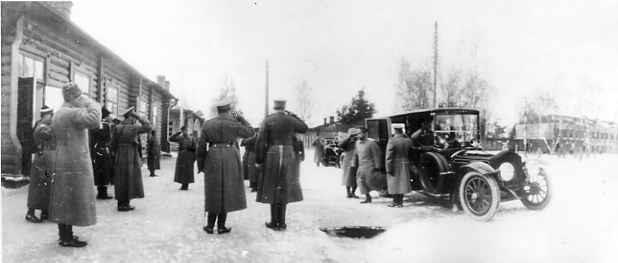 Император Николай II из автомобиля направляется в Управление дежурного генерала в ставке Верховного главнокомандующего в Барановичах. Март 1915