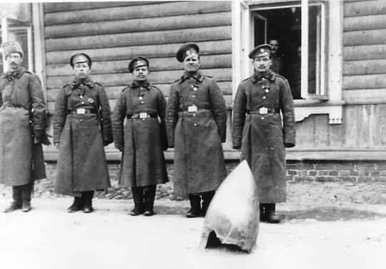 Нижние чины, привезшие с фронта для демонстрации в Ставке Верховного главнокомандующего в Барановичах остатки от разорвавшейся немецкой гранаты. 1915