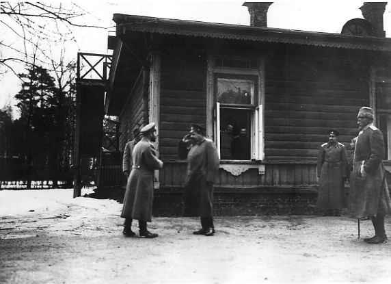 Император Николай II беседует с начальником штаба Верховного главнокомандующего генералом от инфантерии Н.Н.Янушкевичем у флигеля Управления генерал-квартирмейстера в Ставке Верховного главнокомандующего в Барановичах. Март 1915