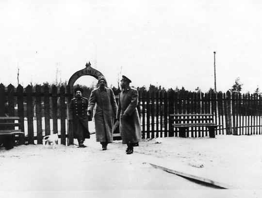 Император Николай II , вел. князь Георгий Михайлович (2-й справа) и генерал-майор свиты А.Н.Граббе у калитки, ведущий к поезду Верховного главнокомандующего в Ставке в Барановичах. Март 1915