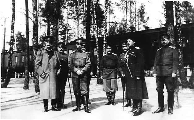 Император Николай II в группе офицеров свиты у поезда верховного главнокомандующего в Cтавке в Барановичах. Апрель 1915