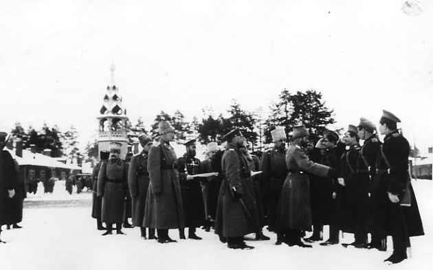 Император Николай II во время награждения офицеров и казаков лейб-гвардии Казачьего полка во время пребывания в Ставке верховного главнокомандующего в Барановичах. 25.01.1915