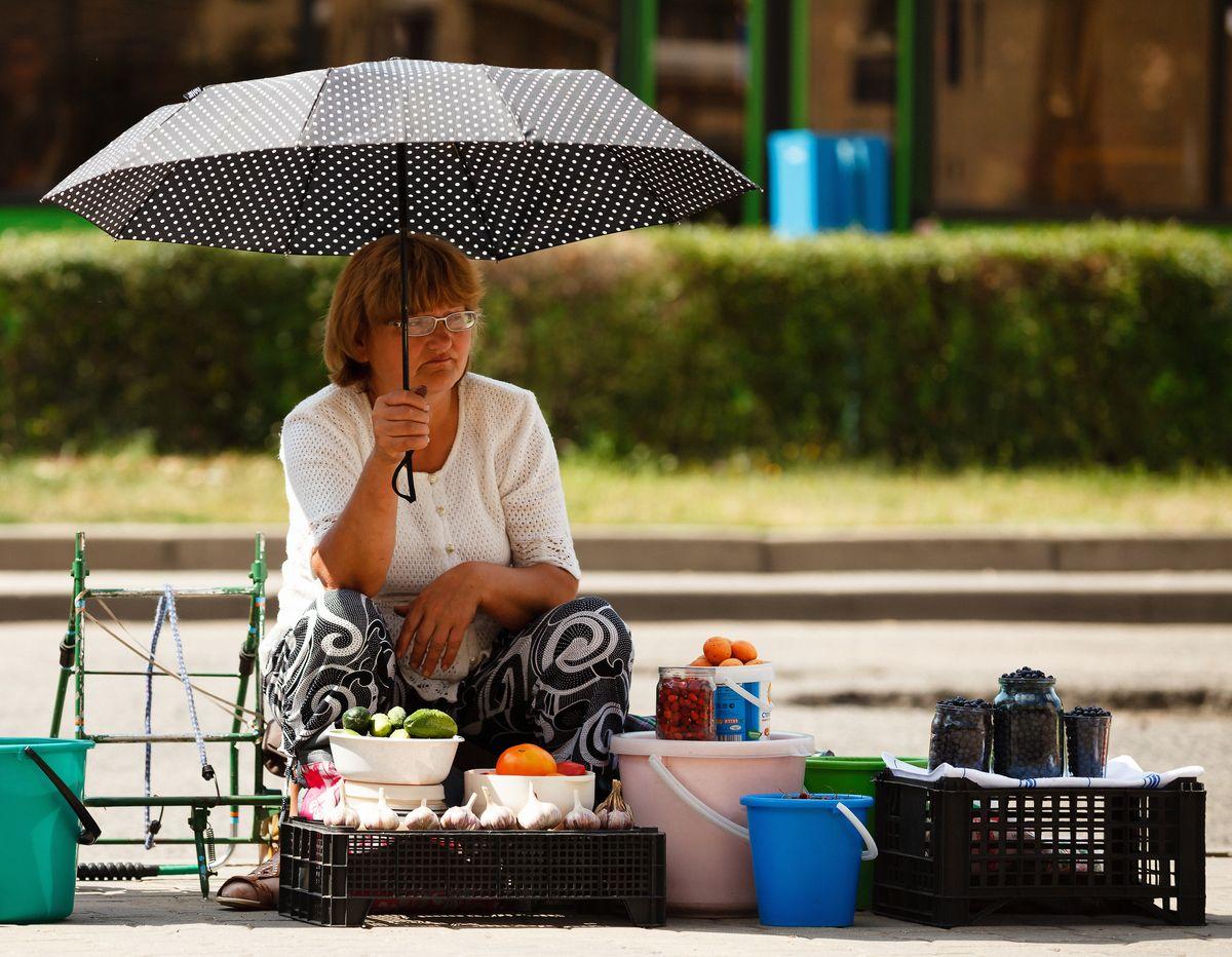 От солечных лючей можно спрятаться под зонтом. фото: Александр КОРОБ