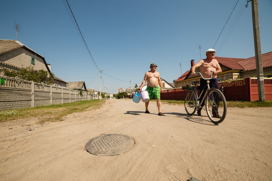 Трубу прорвало в канализационном люке на перекрестке улиц Челюскина -Мясникова. Фото: Александр КОРОБ.