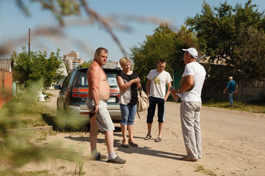 Жители частного сектора возмущены, что им придется платить за ремонт трубы. Фото: Александр КОРОБ.