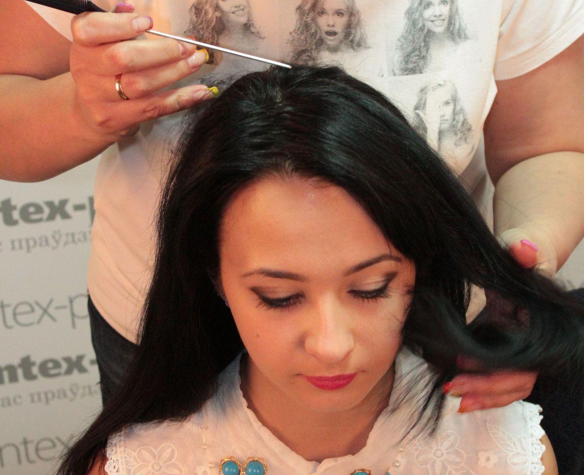 Разделяем волосы пополам по горизонтальной линии и делаем мелкий зигзагообразный пробор. Переднюю часть волос отделяем заколками, чтобы она не мешала на начальном этапе.