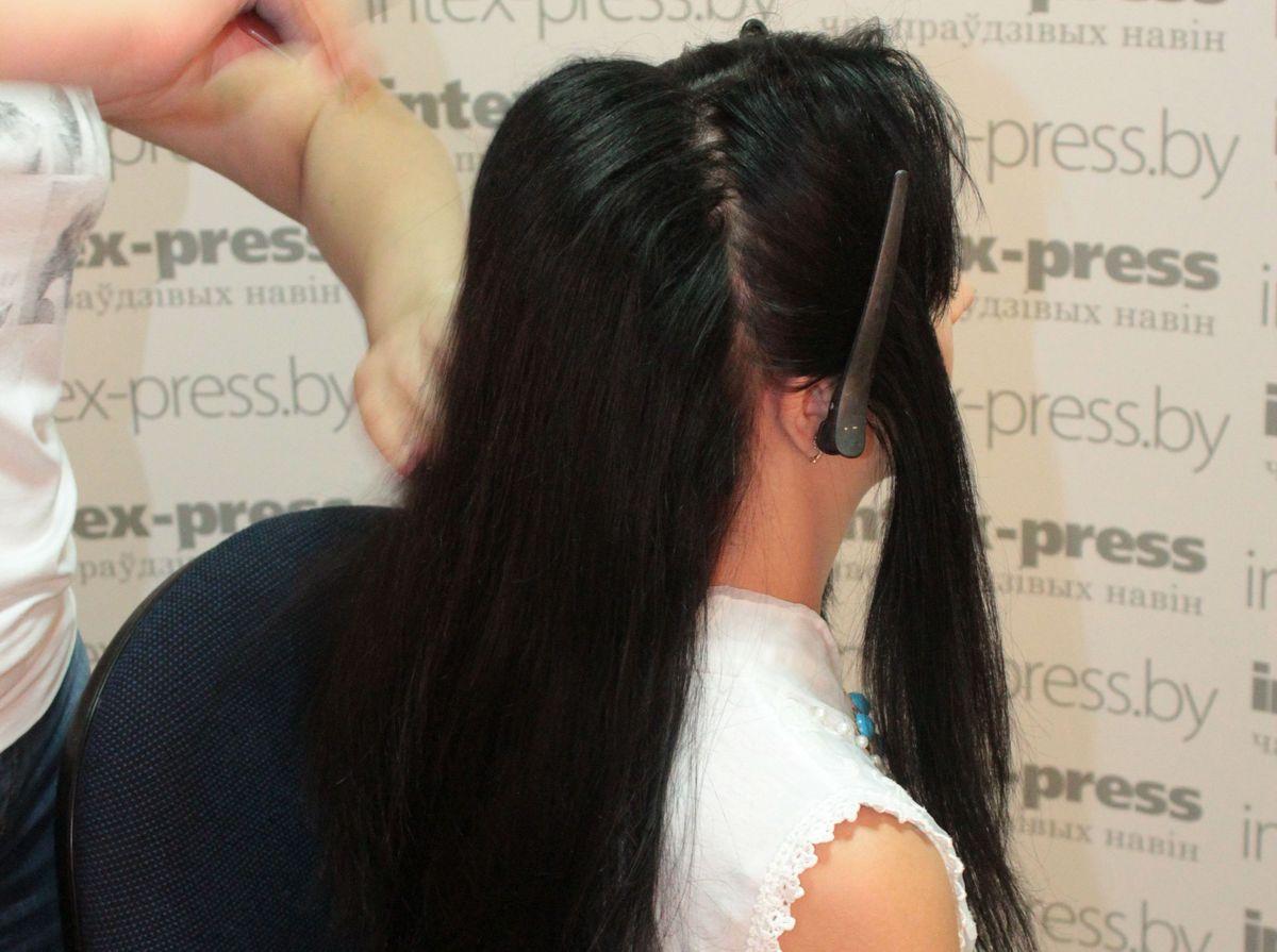 Волосы на макушке начесываем, причем каждую прядь – отдельно. Потом аккуратно укладываем их по линии роста и причесываем верхний слой.