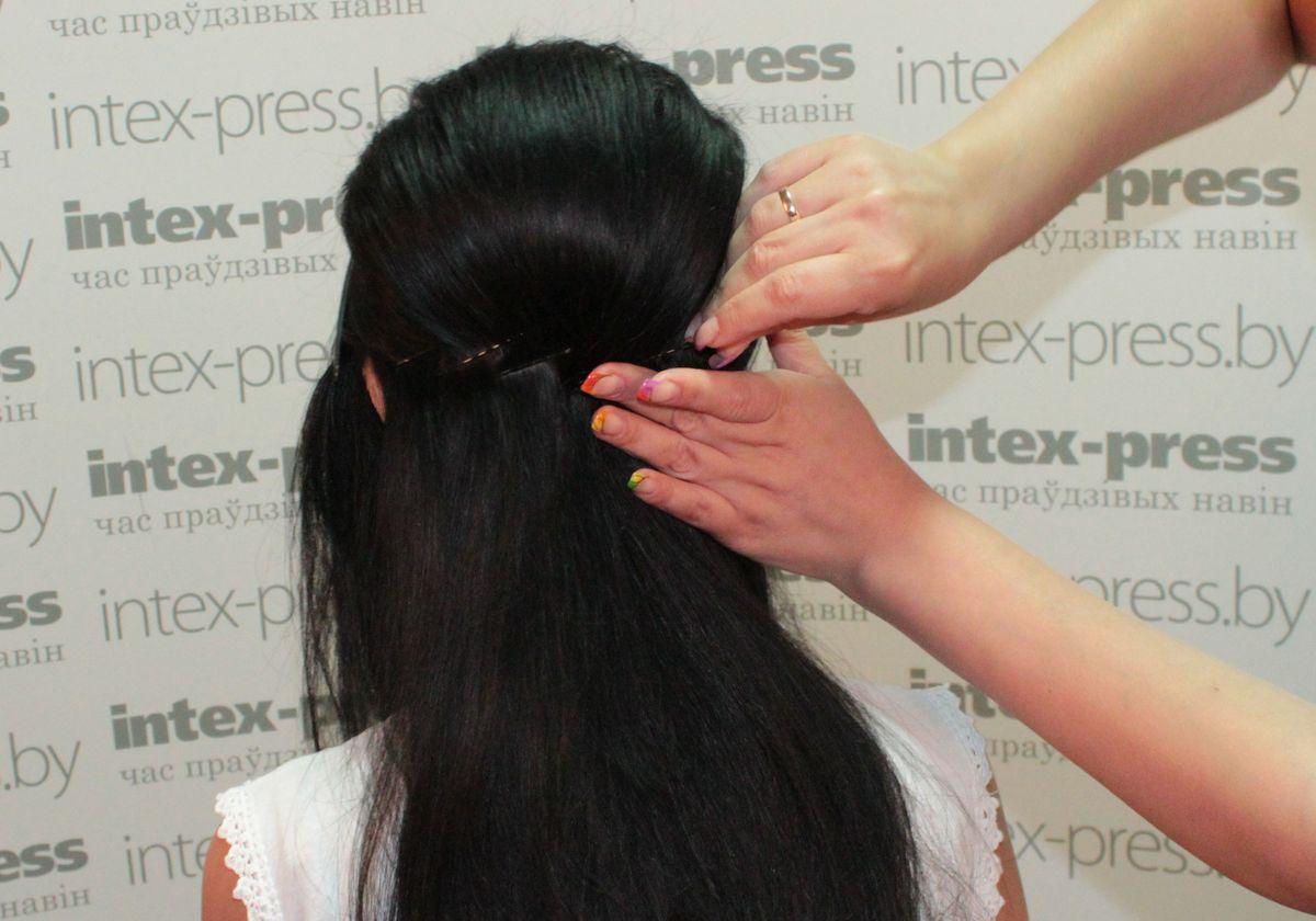 Невидимками крест-накрест закалываем волосы по линии ушей. Таким образом мы делаем каркас для шпилек.