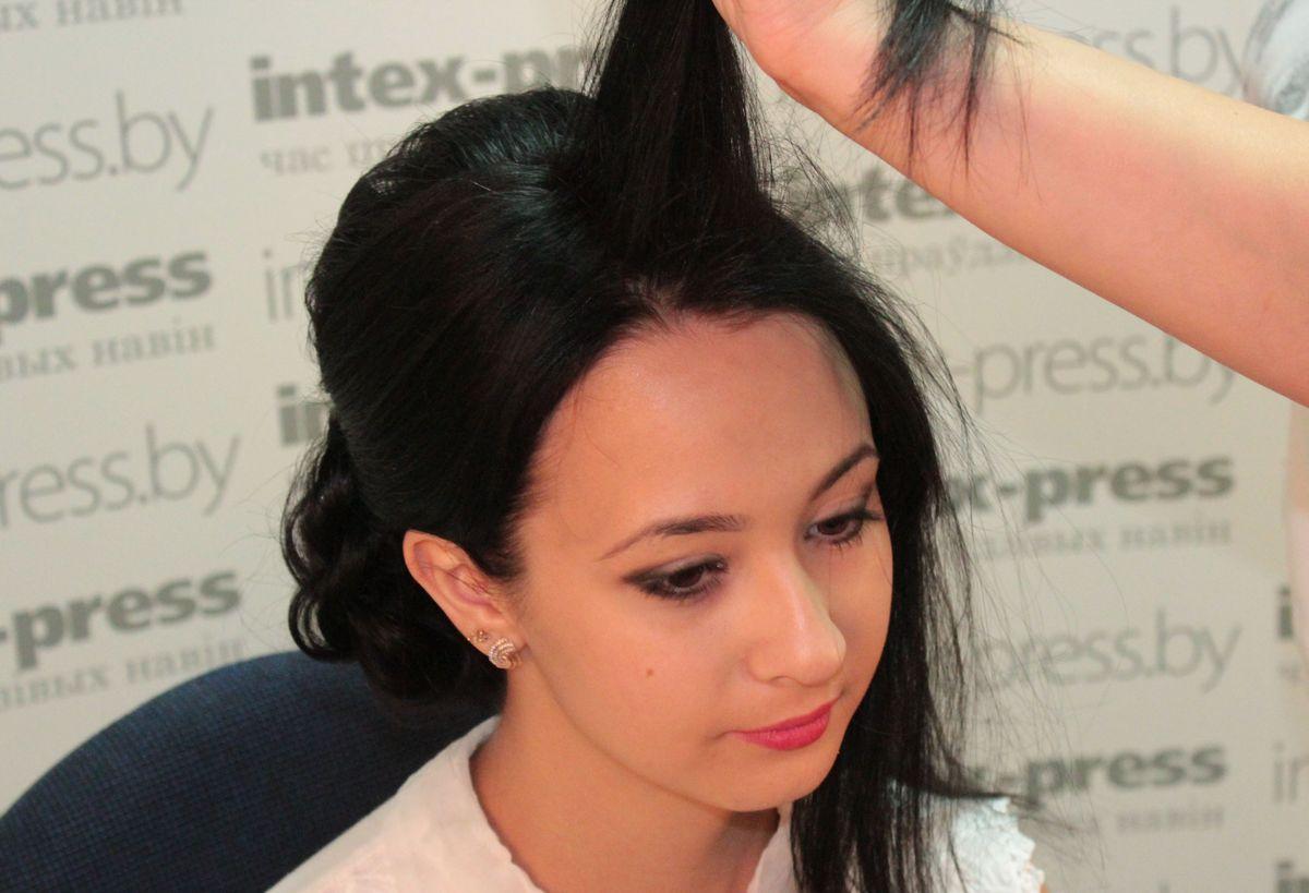Теперь переходим ко второй половине волос. Разделяем их на две половины по вертикальной линии головы.