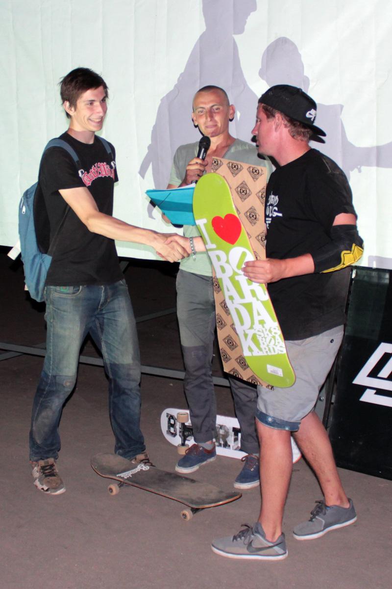 Победитель Алексей  Василевич (слева) получает призы.
