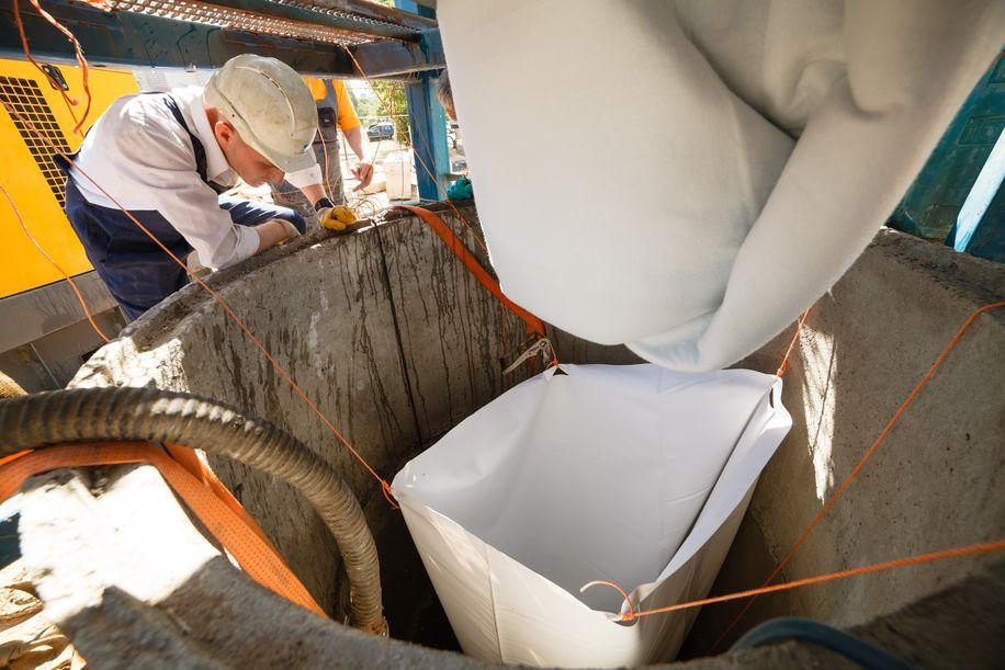 Внутрь старой трубы будет проложена новая мягкая труба, которая под воздействеим горячей воды затвердеет.  Фото: Александр КОРОБ