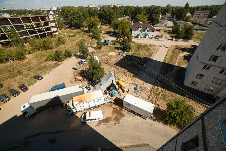 Ремонт трубопровода возле дома номер 12 Е на улице 50 лет ВЛКСМ. Фото: Александр КОРОБ