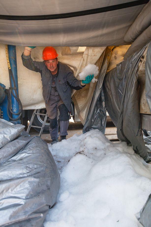 Новую трубу доставили к месту ремонта в охлажденном состоянии, в емкости с техническим снегом. Фото: Александр КОРОБ