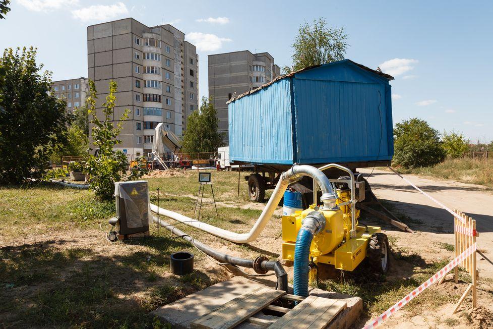 Работает дизельная насосная установка для перекачки стоков, которую барановичский Водоканал купил в 2015 году. Фото: Александр КОРОБ