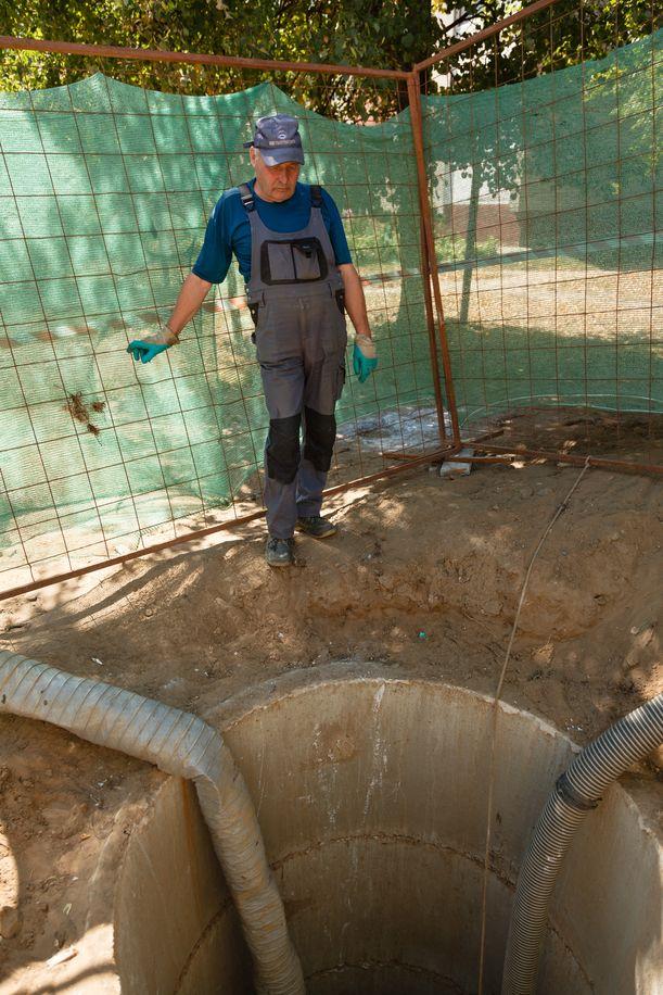 Стоки перекачивают в обход канализацонного коллектора. Фото: Александр КОРОБ