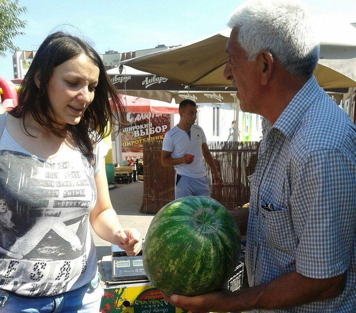 Продавец Михаил считает, что стучать по арбузу нет смысла – лучше просто купить арбуз тяжелее 5 кг