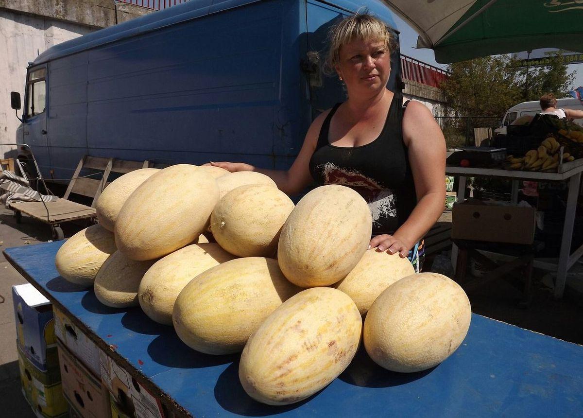 Продавец Марина говорит, что продолговатая дыня сорта Торпеда вкуснее ее конкурентки – дыни Колхозница