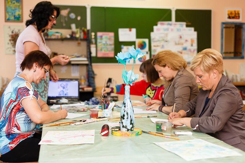 Участники мастер-класса постигают азы медитативного рисования. Фото: Александр КОРОБ.