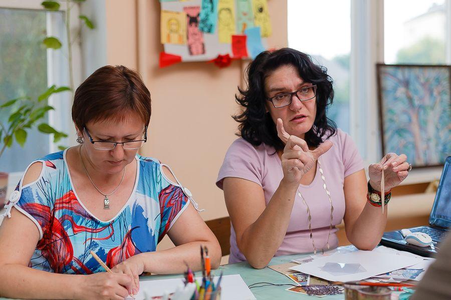 Преподаватель Ирина Литвинюк рассказывает о техниках рисования. Фото: Александр КОРОБ.