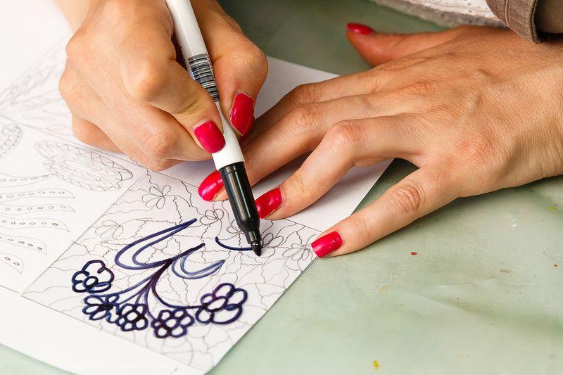 Участники мастер-класса пробуют рисовать в технике дудлинг. Фото: Александр КОРОБ.
