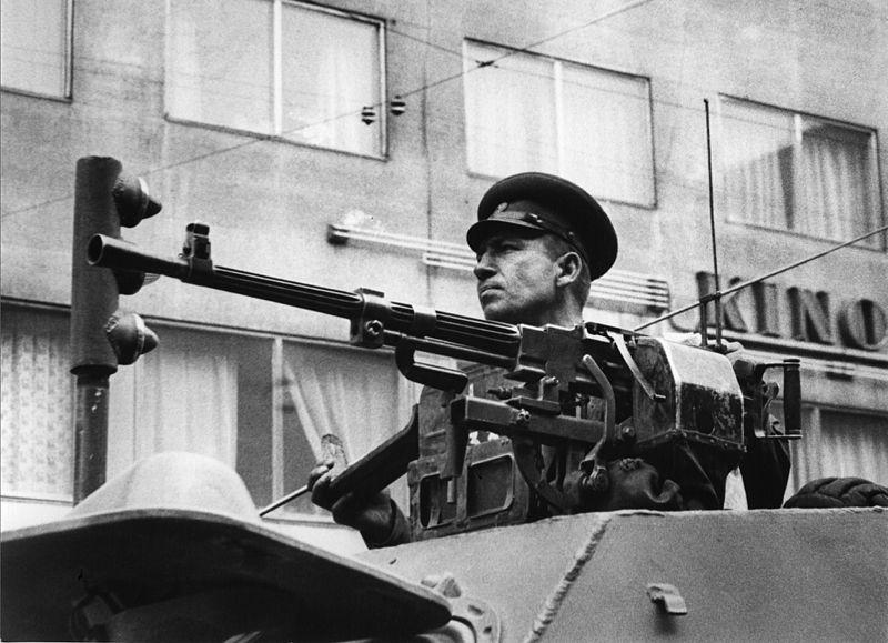 Савецкі камандзір з танка назірае за дэманстрацыяй. Фота: František Dostál https://commons.wikimedia.org