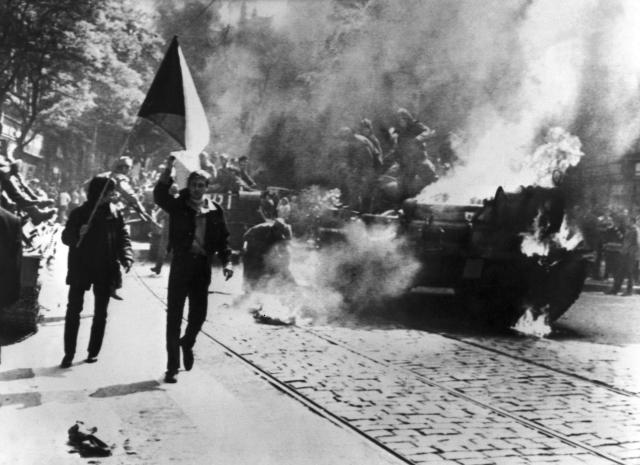 Пратэстуючыя чэхі спрабуюць падпаліць савецкі танк. ÄŒeskoslovensko, Praha