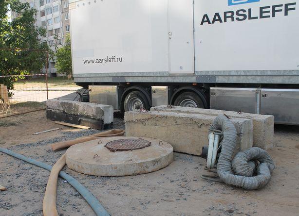 От ремонта остался только канализационный колодец. Сто метров трубы заменили без раскопок. Фото: Татьяна МАЛЕЖ.
