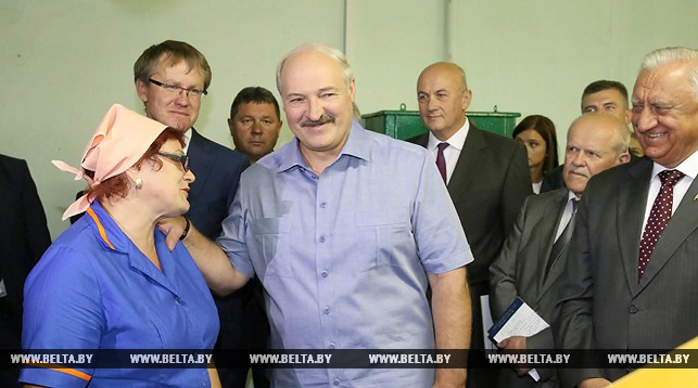 Президент Беларуси Александр Лукашенко во время визита на БПХО побеседовал с оператором Марией Овчинниковой. Фото БЕЛТА.