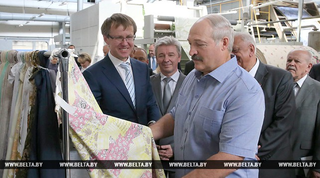 Глава государства рассматривает образцы продукции.  Фото: БЕЛТА.