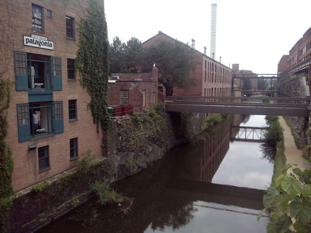 Старые промышленные здания в США не разрушают, а отдают под создание магазинчиков и административных помещений.