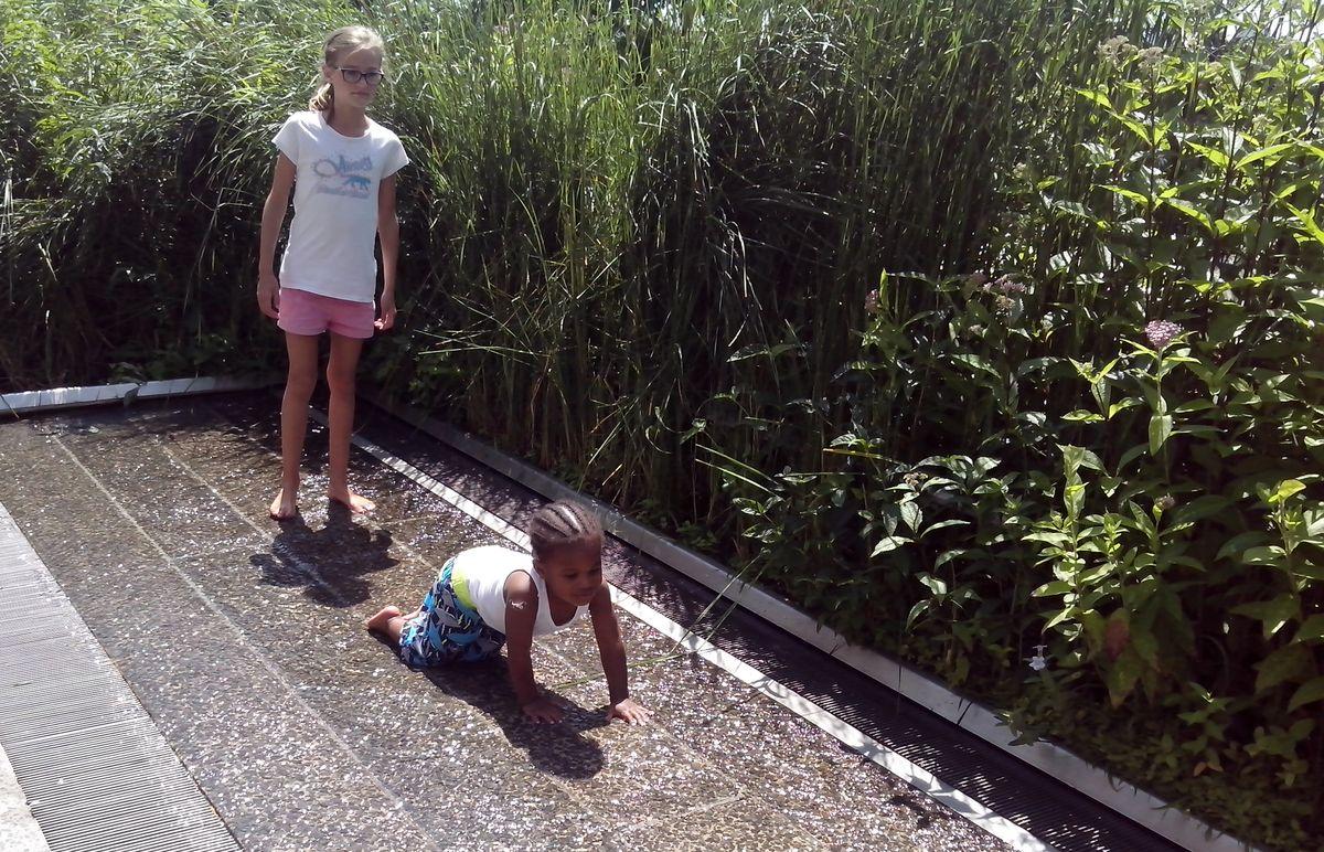 В небольших водопадиках, расположенных на туристической тропе в Хай-Лайн парке (г. Нью-Йорк), приятно охладить ноги в жаркий день
