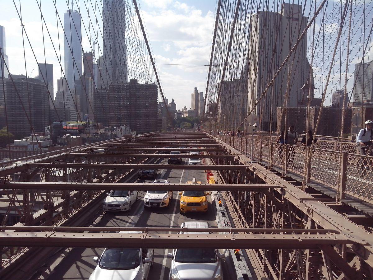 Один из старейших висячих мостов США – Бруклинский мост. Мост разделен на три части: две боковые используются для движения автомобилей, а средняя, на возвышении, предназначена для пешеходов и велосипедистов.