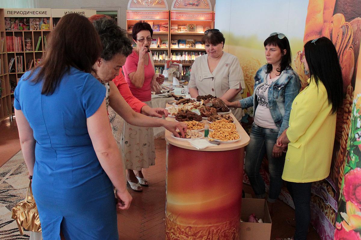 Посетители ярмарки дегустируют представленную Барановичским хлебозаводом продукцию.