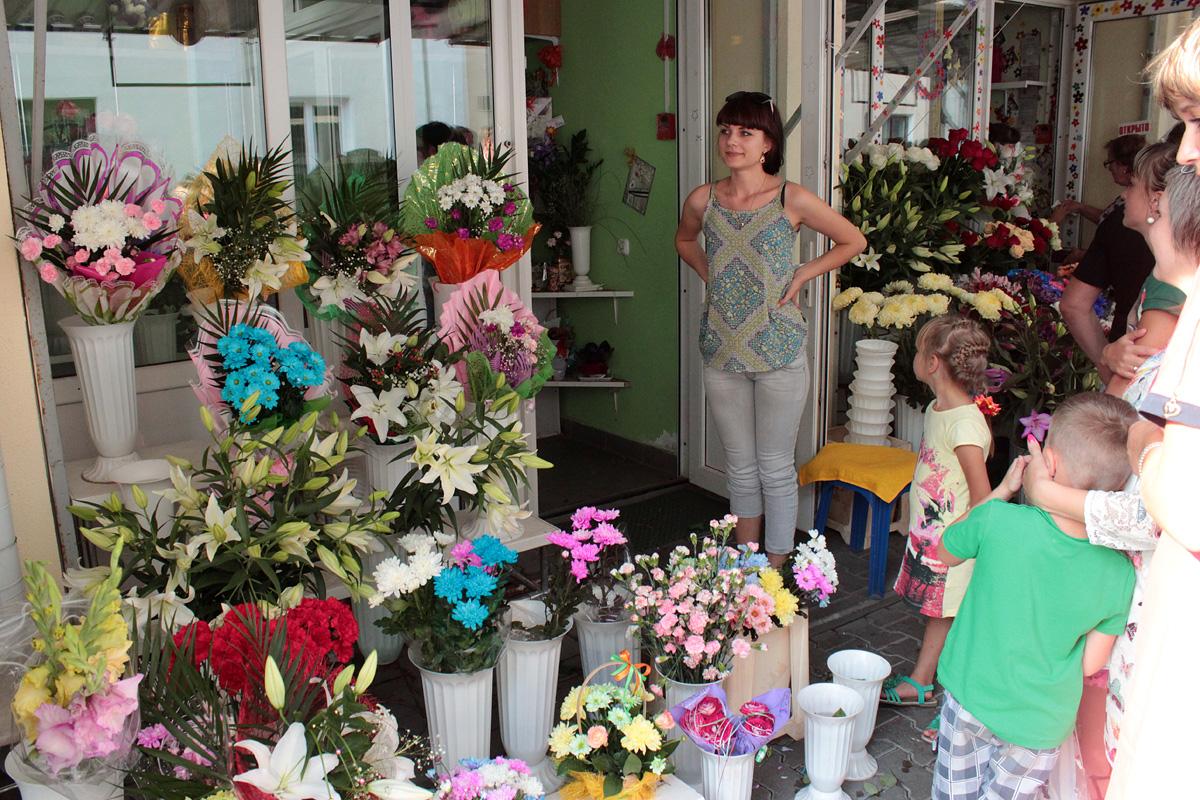Продавец Алеся в своем цветочном павильоне