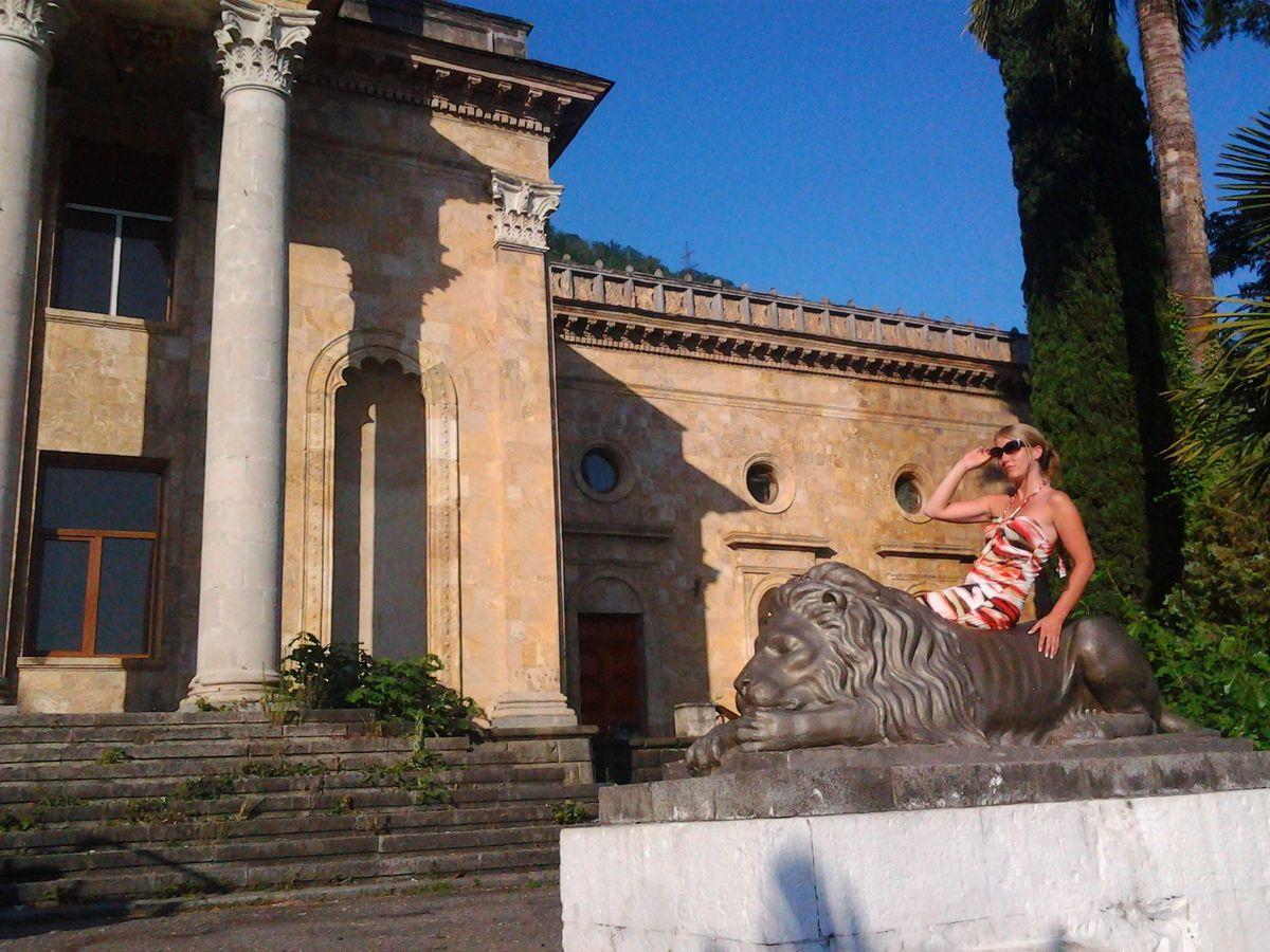 Двухэтажное здание с колоннами и львами у входа – заброшенный после войны Дом культуры в Гагре. Вход для туристов в него закрыт.