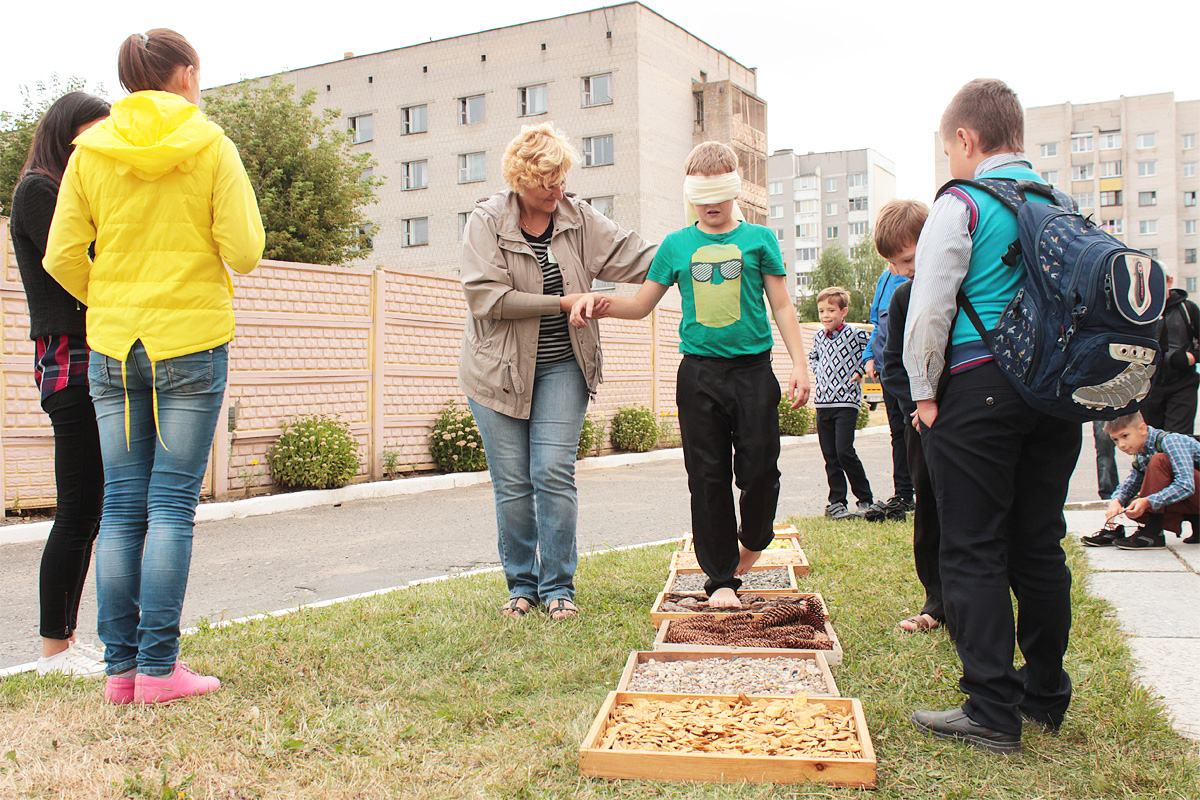 Детям предлагают пройти босиком с завязанными глазами по различным предметам и угадать, что у них под ногами
