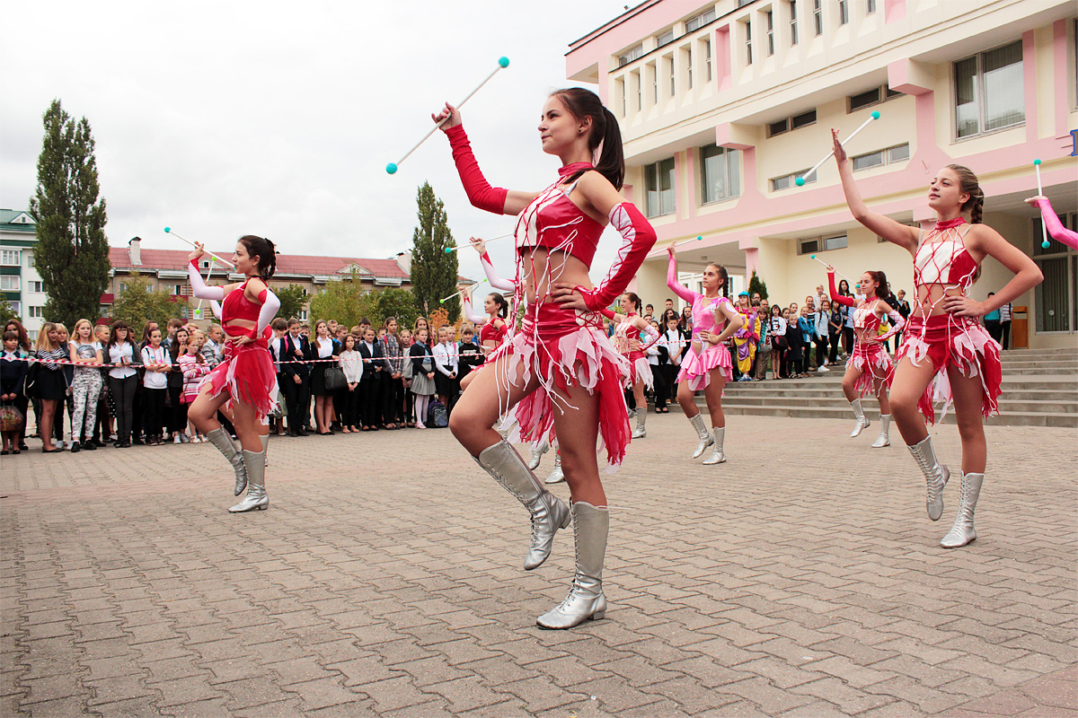 Выступает образцовый ансамбль эстрадного танца «Вояж»
