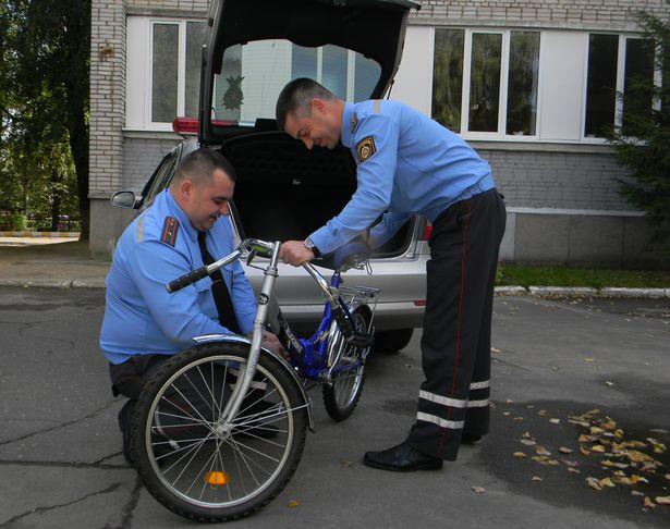 Сотрудники ГАИ привезли велосипед в гимназию, где учится Екатерина. Фото: Наталья СЕМЕНОВИЧ