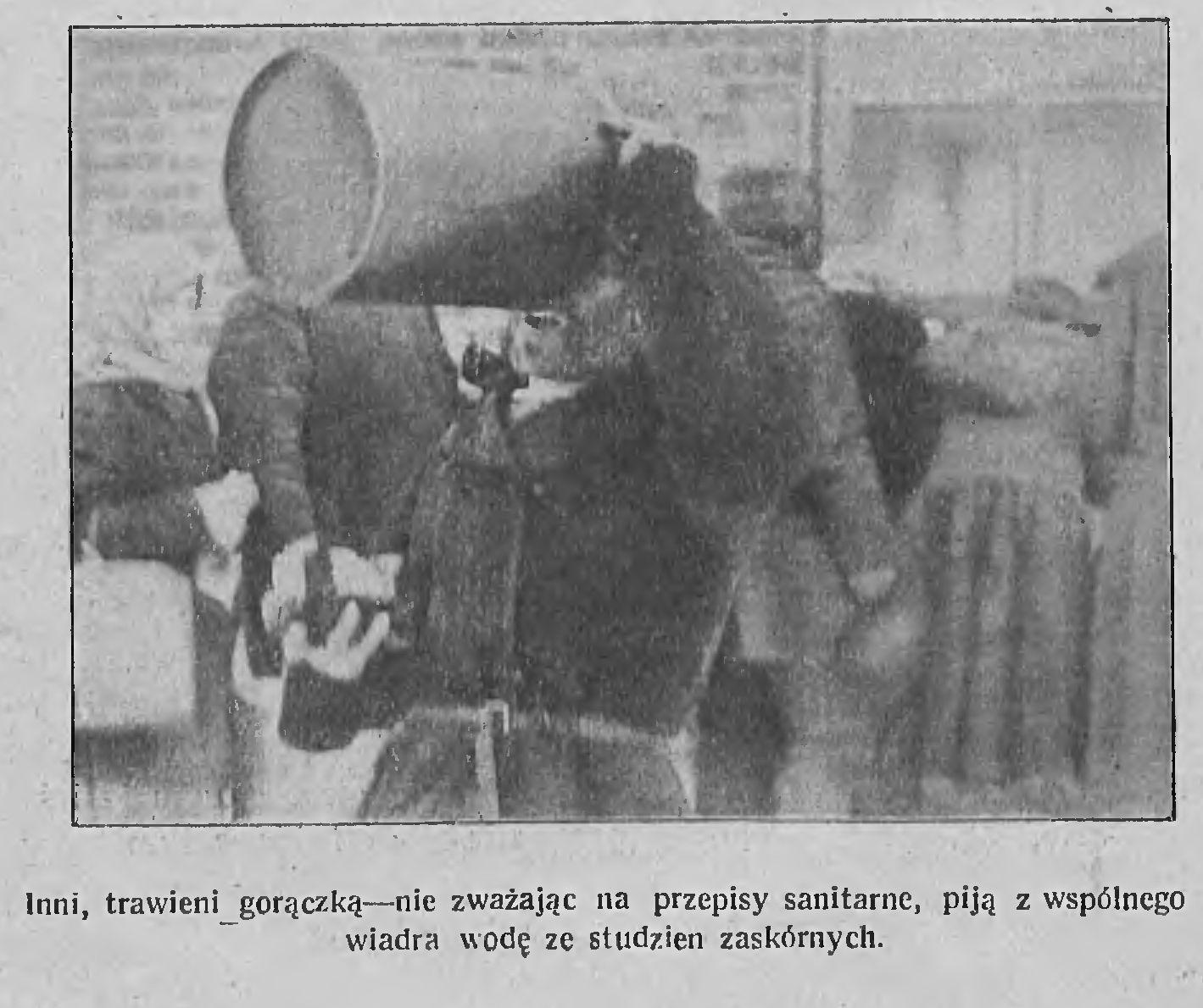 Некаторыя, у гарачцы, не зважаючы на санітарныя правілы, п'юць з агульнага вядра. Фота: Tygodnik Illustrowany, 1922, №6