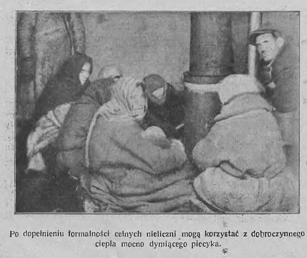 Пасля мытнай праверкі людзі маглі пагрэцца каля дабрачыннай печкі, якая моцна дыміць. Фота: Tygodnik Illustrowany, 1922, №6