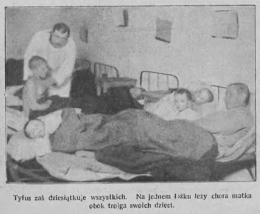 Тыф косіць усіх. На адным ложку ляжаць хворая маці і яе трое дзяцей. Фота: Tygodnik Illustrowany, 1922, №6