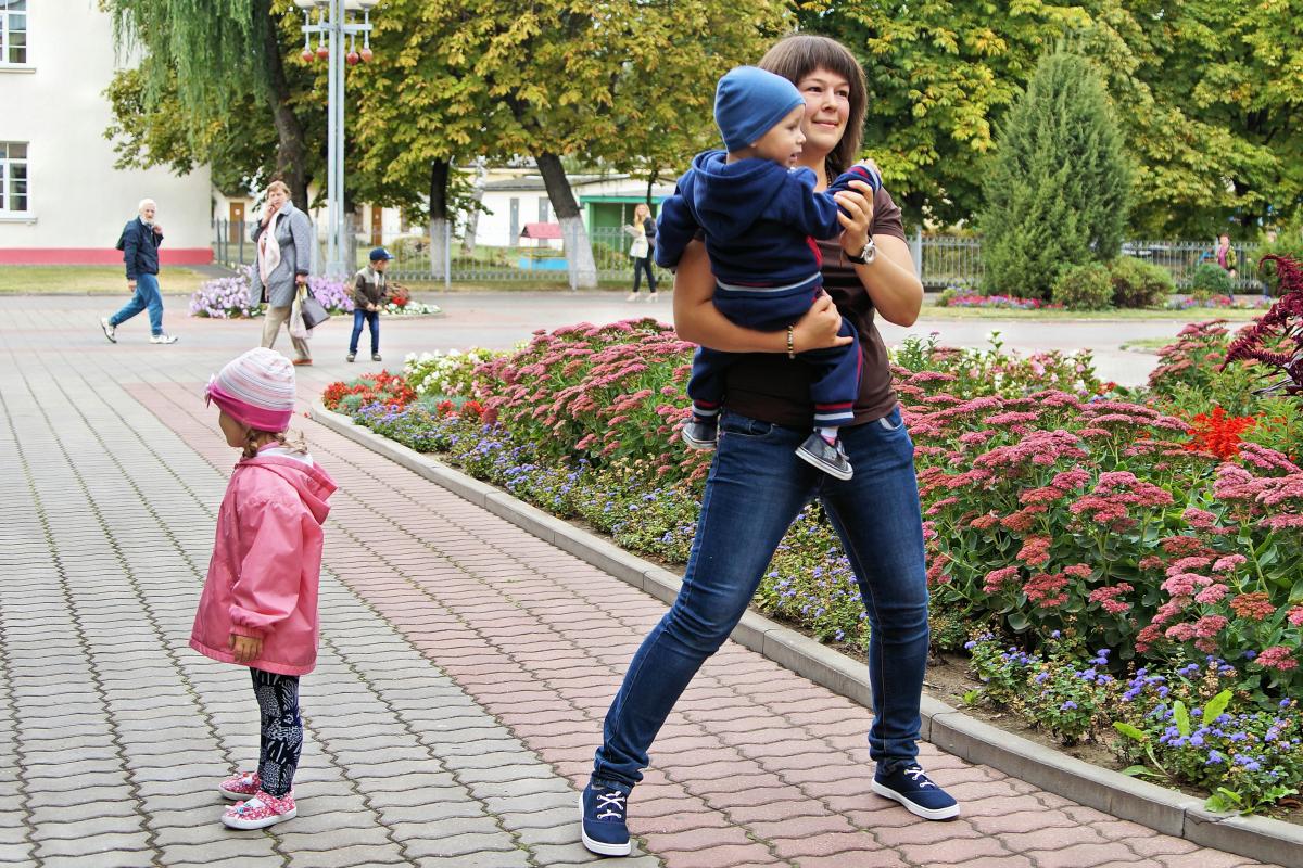 Участвовать в танцевальной разминке у некоторых мам получалось даже с ребенком на руках.